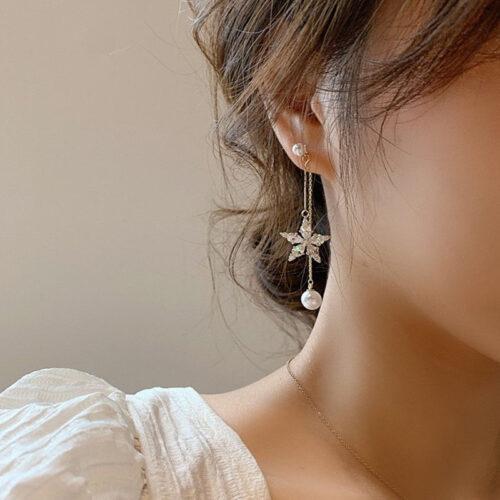 Một mẫu bông tai đẹp sẽ giúp các chị em thu hút được ánh nhìn hơn đáng kể